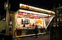 Nederland - Amsterdam - Januari 2019. Kerstmarkt Rembrandtplein. Oliebollenkraam P & D Stuy. .   Foto Berlinda van Dam / Hollandse Hoogte.