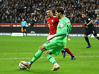 Torwart Kevin Trapp (Eintracht Frankfurt) klärt vor Robert Lewandowski (FC Bayern Muenchen) - 22.12.2018: Eintracht Frankfurt vs. FC Bayern München, Commerzbank Arena, DISCLAIMER: DFL regulations prohibit any use of photographs as image sequences and/or quasi-video.