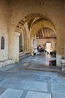 Europe/France/Aquitaine/64/Pyrénées-Atlantiques/Pays-Basque/La Bastide-Clairence: Porche roman de l'église Notre-Dame de l'Assomption - au sol les  dalles funéraires du cimetière préau