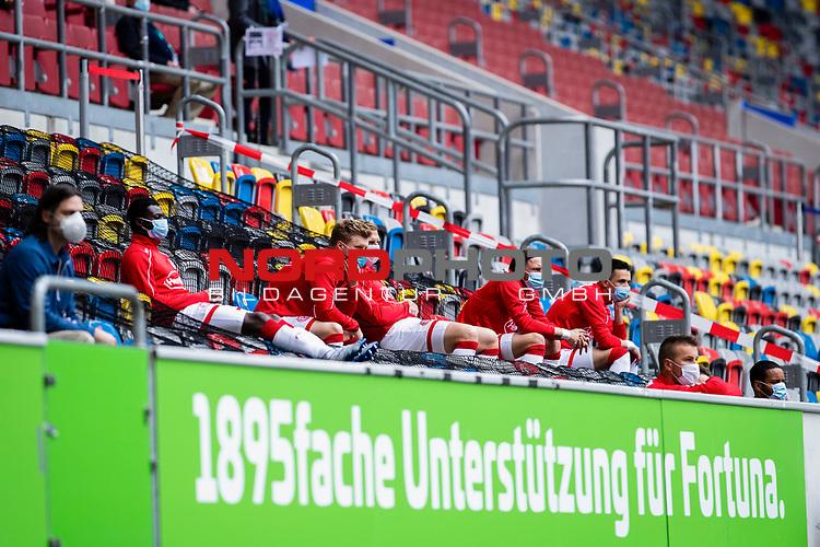 nph00351:  Fussball, 1. Bundesliga, Saison 19/20, 26. Spieltag, Fortuna Düsseldorf - FC Paderborn 07, 16.05.2020: Die Auswechselspieler der Fortuns Düsseldorf verfolgen das Spielgeschehen von den Zuschauerrängen aus.<br /> <br /> Foto: Moritz Müller/Pool /Verbreitung via Meuter/nordphoto<br /> <br /> Nur für journalistische Zwecke! Only for editorial use!<br /> <br /> Gemäß den Vorgaben der DFL Deutsche Fußball Liga ist es untersagt, in dem Stadion und/oder vom Spiel angefertigte Fotoaufnahmen in Form von Sequenzbildern und/oder videoähnlichen Fotostrecken zu verwerten bzw. verwerten zu lassen. DFL regulations prohibit any use of photographs as image sequences and/or quasi-video.