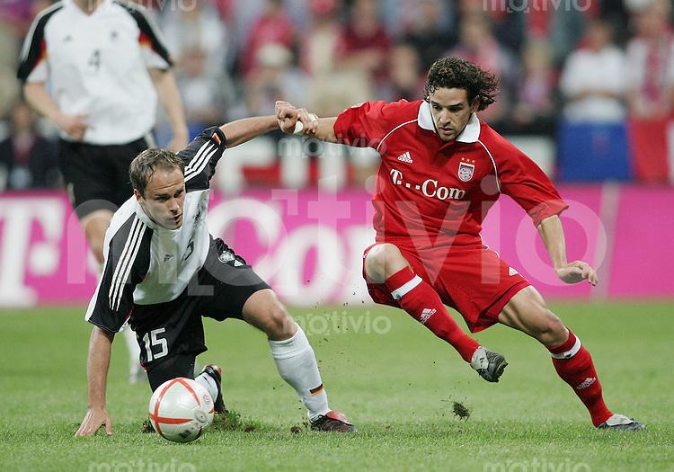 Fussball Stadioneroeffnung Allianz Arena Muenchen FC Bayern Muenchen 4-2 Deutsche National Mannschaft Owen Hargreaves (FCB,re) gegen Fabian Ernst (GER)