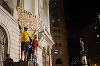 RIO DE JANEIRO, RJ, 27.03.2014 - NAO VAI TER COPA / RIO DE JANEIRO - Manifestante durante ato não vai ter Copa realizado na Central do Brasil no Rio de Janeiro, nesta quinta-feira, 27. (Foto: Tércio Teixeira / Brazil Photo Press).