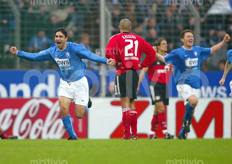 Fussball / 1. Bundesliga Saison 2002/2003    20. Spieltag VfL Bochum - Bayer 04 Leverkusen 2:1        Jubel: Der zweifache Torschuetze Vahid HASHEMIAN (links, Bochum) bejubelt mit Paul FREIER (re, Bochum) seinen Treffer zum 1:0. Radoslav KALUZNY (21) und Bosi ZIVKOVIC sind enttaeuscht.