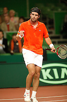10-2-06, Netherlands, tennis, Amsterdam, Daviscup.Netherlands Russia, Raemon Sluiter ipumps himself up against Dmitry Tursonov