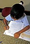 Crianças estudando na biblioteca da escola. Itabapoana. Rio de Janeiro. 2000. Foto de Juca Martins.