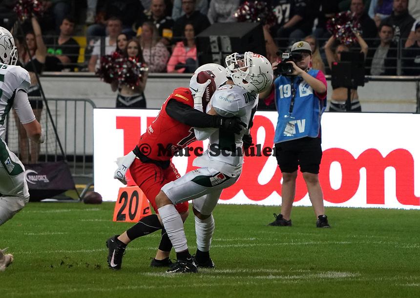 WR Tyler Rutenbeck (Schwäbisch Hall Unicorns) wird gestoppt - 12.10.2019: German Bowl XLI Braunschweig Lions vs. Schwäbisch Hall Unicorns, Commerzbank Arena Frankfurt