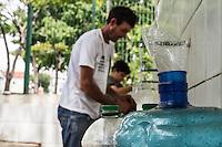 ITU, SP, 29.09.2014 - Bica de Santa Terezinha - ITU - Com a crise de falta de agua em Itu, moradores da região buscam agua na bica de Santa Terezinha da cidade, na Rua Cleto Fachini.  (Foto: Marcelo Brammer / Brazil Photo Press).
