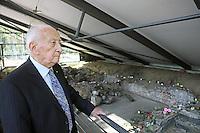 Holocaust Überlebender und Autor Leslie Schwartz besucht zum Andenken an seine in den letzten Kriegstagen umgekommene Mutter und Schwester die Gedenkstätte