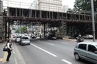 ATENCAO EDITOR: FOTO EMBARGADA PARA VEICULOS INTERNACIONAIS. SAO PAULO, SP, 26 DE NOVEMBRO DE 2012 - Homens trabalham na montagem do palco da decoracao de Natal na Avenida Paulista, regiao central, na manha desta segunda feira, 26.  FOTO: ALEXANDRE MOREIRA - BRAZIL PHOTO PRESS.