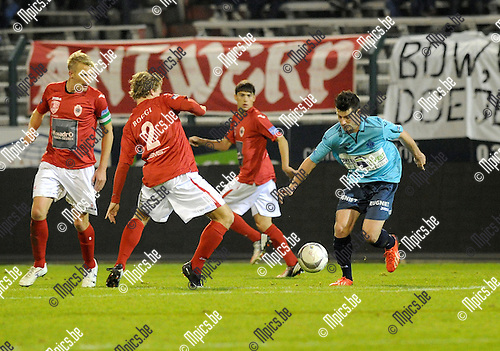 2013-11-23 / Vetbal / seizoen 2013-2014 / R. Antwerp FC - Hoogstraten / Roy Bakkenes (l. Antwerp) met Ruben Tilburgs<br /><br />Foto: Mpics.be