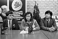 1982, ABN WTT, Vilas tijdens de persconferentie na zijn overwinning op Connors, links Jan Leupe en rechts Peter Bonthuis.