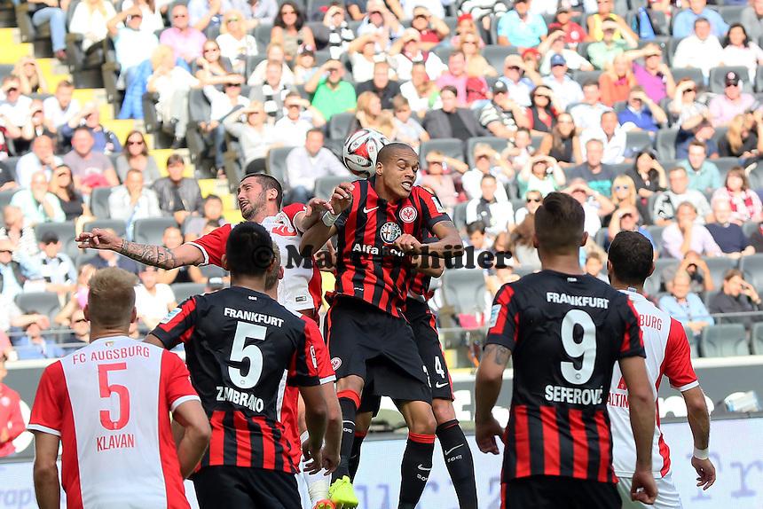 Bamba Anderson (Eintracht) gegen Sascha Mölders (Augsburg) - Eintracht Frankfurt vs. FC Augsburg, Commerzbank Arena