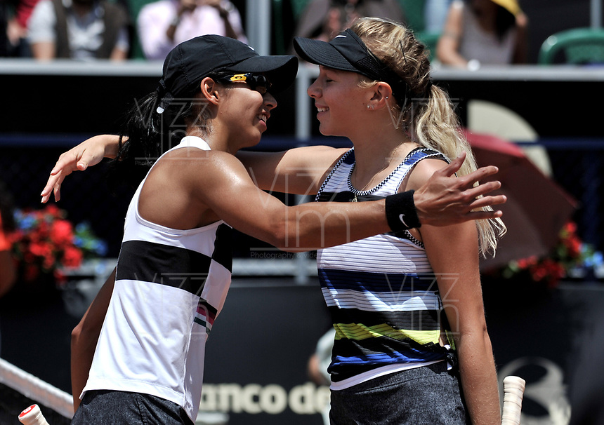 BOGOTÁ-COLOMBIA, 14-04-2019: Amanda Anisimova (USA), es felicitada por Astra Sharma (AUS), después de partido por el Claro Colsanitas WTA, que se realiza en el Carmel Club en la ciudad de Bogotá. / Amanda Anisimova (USA), is congratulated by Astra Sharma (AUS), after their match for the WTA Claro Colsanitas, which takes place at Carmel Club in Bogota city. / Photo: VizzorImage / Luis Ramírez / Staff.