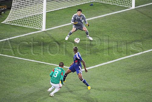 17 06 2010  FFIFA World Cup, South Africa. Group A France v Mexico at the Peter Mokaba stadium. Lloris contre Salcido n