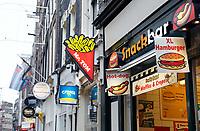 Nederland Amsterdam 2018. Snacks, sigaretten en zoetwaren te koop in de Warmoesstraat. Foto Berlinda van Dam / Hollandse Hoogte