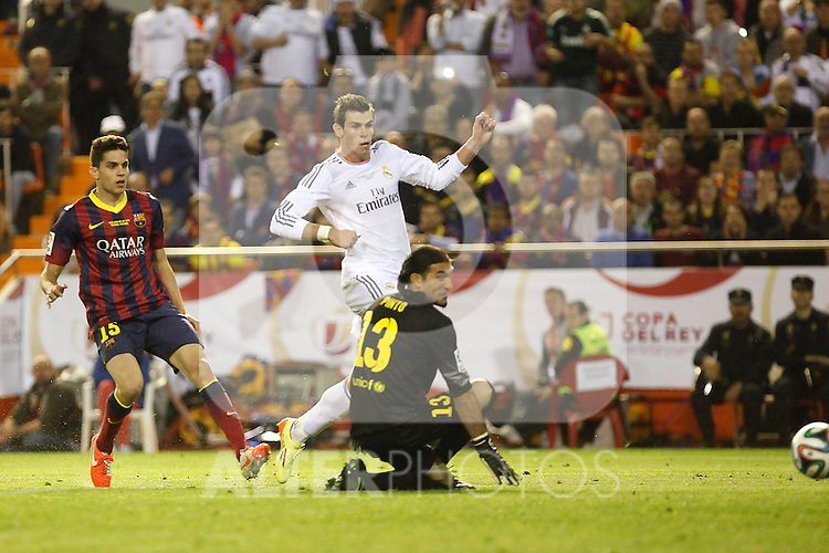 Real Madrid´s Gareth Bale (R) and F.C. Barcelona´s Bartra and goalkeeper Pinto during the Spanish Copa del Rey `King´s Cup´ final soccer match between Real Madrid and F.C. Barcelona at Mestalla stadium, in Valencia, Spain. April 16, 2014. (ALTERPHOTOS/Victor Blanco)