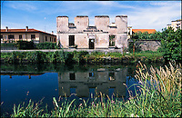 Casarile (Milano), la diroccata casa del guardiano idraulico sul Naviglio Pavese --- Casarile (Milan), the ruined house of the hydraulic guardian along the Naviglio Pavese canal