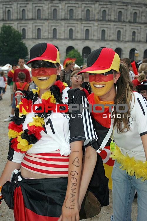 FIFA WM 2006 -  Fan Fest Nuernberg<br /> <br /> Volksfestplatz (ca. 25 000 Zuschauer)<br /> <br /> <br /> <br /> Deutschland - Ecuador<br /> <br /> <br /> <br /> Deutsche Fans am Volksfestplatz.<br /> <br /> <br /> <br /> Foto: nordphoto