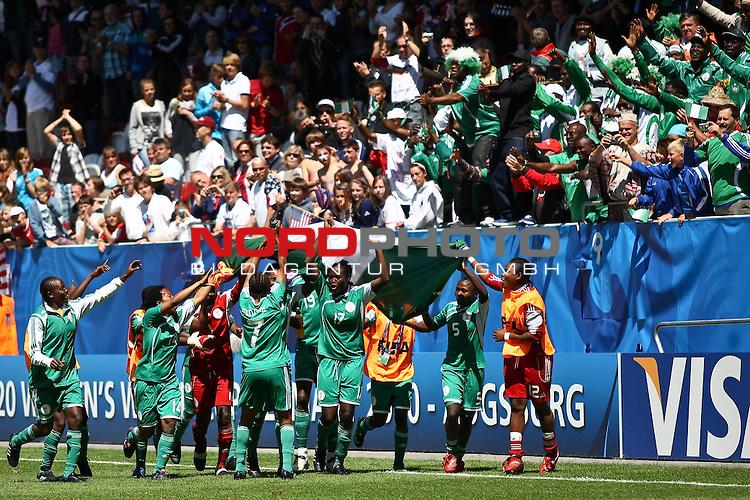 25.07.2010,  Augsburg, GER, FIFA U20 Womens Worldcup, , Viertelfinale, USA vs Nigeria,  im Bild Team Nigeria feiert mit seinen Fans  , Foto: nph /  Straubmeier