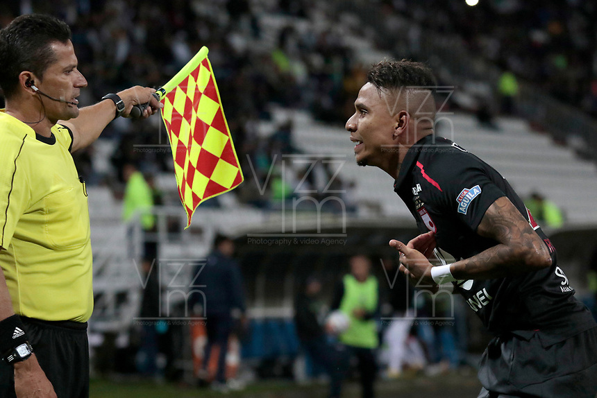 MANIZALES - COLOMBIA, 17-10-2018: Arley Rodriguez reclama a uno de los jueces de linea durante el encuentro entre Once Caldas y Independiente Santa Fe por la fecha 15 de Liga Águila II 2018 jugado en el estadio Palogrande de la ciudad de Manizales. / Arley Rodriguez claims to one of the Line referees during the match between Once Caldas and Independiente Santa Fe for the date 15 of the Aguila League II 2018 played at Palogrande stadium in Manizales city. Photo: VizzorImage / Santiago Osorio / Cont