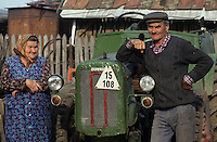 Europe/Hongrie/Tokay/Env Sarospatak/Pajzos: Les vignes - Vignerons et leur vieux tracteur russe