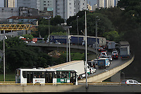 SAO PAULO, SP, 28 DE MARCO DE 2013 - TRANSITO - Transito lento na Rodovia Anchieta sentido Santos nessa tarde de  Quinta-Feira (28), vespera de Feriado prolongado da Páscoa  na região do Ipiranga.FOTO: MICHELLE SPREA/BRAZIL PHOTO PRESS