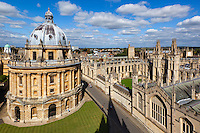 Great Britain, England, Oxfordshire, Oxford: View over the Radcliffe Camera and All Souls College, part of Oxford University, from tower of Church of St Mary the Virgin | Grossbritannien, England, Oxfordshire, Oxford: The Radcliffe Camera und das All Souls College, Teil der Oxford University, gesehen vom Turm der Kirche St Mary the Virgin