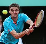 Gilles Simon (FRA) defeats Brian Baker (USA) 6-4, 6-1, 6-7, 1-6, 6-0