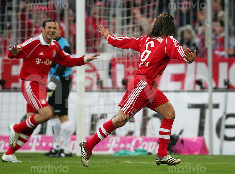 Fussball Bundesliga FC Bayern Muenchen - Borussia Moenchengladbach Martin DEMICHELIS (r) und Claudio PIZARRO (beide FCB) jubeln zum 1:0.