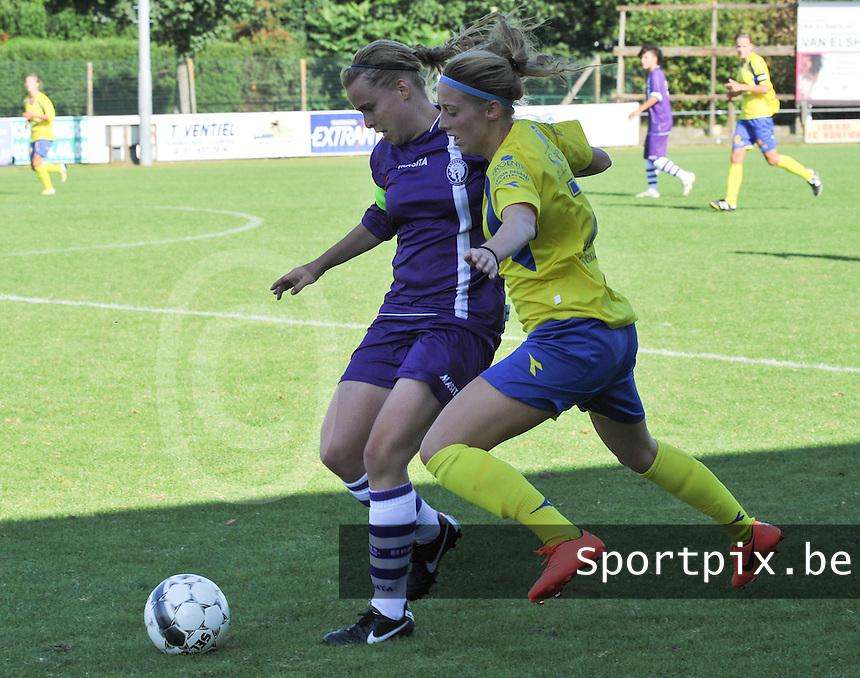 Beerschot Dames - STVV  Sint-Truiden VV Dames :.duel tussen Stefanie Van Broeck (links) en Charlotte Cranshoff.foto JOKE VUYLSTEKE / Vrouwenteam.be