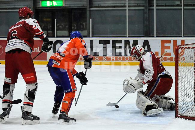 GRONINGEN - IJshockey, GIJS Bears - Eindhoven Kemphanen,  seizoen 2013-2014, 01-03-2014, doelman Tom Korte brengt redding