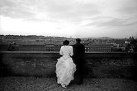 Roma.Sposi guardano  la citt&agrave; dalla terrazza del Gianicolo.<br /> Rome Newlyweds look the city from the terrace of the Gianicolo