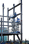 UTRECHT - In het centrum van Utrecht, naast het Centraal Station bouwen medewerkers van Oostingh Staalbouw uit Katwijk de staalconstructie op van het door bouwcombinatie SKU te bouwen Stadskantoor. Het negentig meter hoge complex waarin 7200 ton staal wordt verwerkt beloofd één van de hoogste stalen gebouwen van Nederland te worden. Het in opdracht van de gemeente Utrecht door Kraaijvanger ? Urbis ontworpen gebouw  wordt 66.000 m2 groot, en gaat ruimte bieden aan 3.500 medewerkers, krijgt 2.200 fietsenstallingen en bijna parkeerplaatsen. SKU bestaat uit Boele & van Eesteren en GS. COPYRIGHT TON BORSBOOM