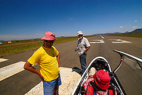 Startbereit: AFRIKA, SUEDAFRIKA, 20.12.2007: Startbereit auf der Piste, Startbahn in Gariepdam, Duo Discus, Martin Lessli,  Rumpf, Aufwind-Luftbilder