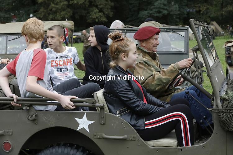 Foto: VidiPhoto<br /> <br /> OOSTERBEEK &ndash; Honderden hobby&iuml;sten en re&euml;nacters uit heel Europa slaan vrijdag hun legertenten op en parkeren hun voertuigen op een nagebouwd militair kamp in Oosterbeek. De dorpen in de buurt krijgen dan alvast een voorproefje van de enorme colonne militaire voertuigen -meer dan 500- die zaterdag meedoen aan Race to the Bridge, de jaarlijkse rijdende herdenking van van de mislukte Slag om Arnhem in 1944. Het oude legermaterieel, gebruikt door Airborne militairen in 1944 en de Duitse bezetter, rijdt dan via Oosterbeek naar de John Frost-brug in Arhem (&ldquo;een brug te ver&rdquo;) en weer terug, waar ze worden opgewachten door duizenden enthousiaste toeschouwers. Vanwege de enorme hoeveelheid militair materieel wordt de tocht ook wel Klein Normandi&euml; genoemd. Tijdens de Race to the Bridge showen de eigenaren van het rijdende materiaal hun authentieke voertuig en uniformen. Vrijdag werd met een vijftigtal originele jeeps, motoren en Duitse k&uuml;bels alvast een tocht gemaakt over routes die de Airbornes ook liepen en reden om de brug bij Arnhem proberen te veroveren.