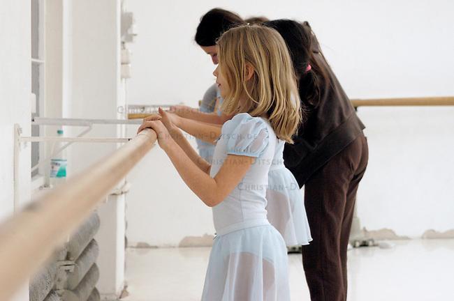 Tanzunterricht in der Berliner Tanzschule &quot;Die Etage&quot;.<br /> 8jaehrige Kinder beim Ballet- und Tanzunterricht.<br /> 10.3.2005, Berlin<br /> Copyright: Christian-Ditsch.de<br /> [Inhaltsveraendernde Manipulation des Fotos nur nach ausdruecklicher Genehmigung des Fotografen. Vereinbarungen ueber Abtretung von Persoenlichkeitsrechten/Model Release der abgebildeten Person/Personen liegen nicht vor. NO MODEL RELEASE! Nur fuer Redaktionelle Zwecke. Don't publish without copyright Christian-Ditsch.de, Veroeffentlichung nur mit Fotografennennung, sowie gegen Honorar, MwSt. und Beleg. Konto: I N G - D i B a, IBAN DE58500105175400192269, BIC INGDDEFFXXX, Kontakt: post@christian-ditsch.de<br /> Bei der Bearbeitung der Dateiinformationen darf die Urheberkennzeichnung in den EXIF- und  IPTC-Daten nicht entfernt werden, diese sind in digitalen Medien nach &sect;95c UrhG rechtlich geschuetzt. Der Urhebervermerk wird gemaess &sect;13 UrhG verlangt.]
