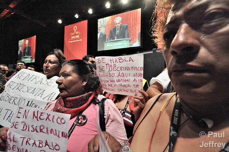 Indigenous women and transexuals, upset by the lack of treatment for HIV and AIDS in Mexico, interrupted the August 8 closing ceremony of the XVII International AIDS Conference in Mexico City .