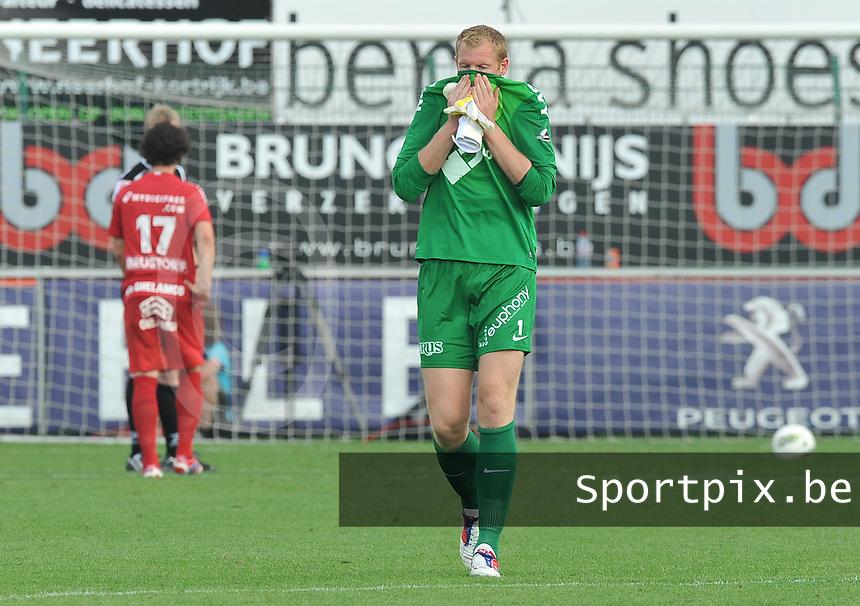 KV Kortrijk - RSC Anderlecht : Doelman Kristof Van Hout verlaat het veld na een rode kaart.foto VDB / Bart Vandenbroucke