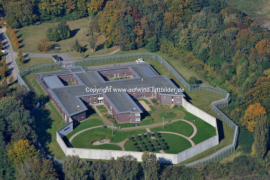 Klinik Gehlsheimer Strasse: DEUTSCHLAND, MECKLENBURG-VORPOMMERN, ROSTOCK, (GERMANY, MECKLENBURG POMERANIA), 10.10.2010:  Europa, Deutschland, Mecklenburg Vorpommern, Rostock, Klinik, Gehlsheimer Strasse, geschlossen , Mauer, Zaun, Luftaufnahme, Luftbild, Luftansicht, .c o p y r i g h t : A U F W I N D - L U F T B I L D E R . de.G e r t r u d - B a e u m e r - S t i e g 1 0 2, 2 1 0 3 5 H a m b u r g , G e r m a n y P h o n e + 4 9 (0) 1 7 1 - 6 8 6 6 0 6 9 E m a i l H w e i 1 @ a o l . c o m w w w . a u f w i n d - l u f t b i l d e r . d e.K o n t o : P o s t b a n k H a m b u r g .B l z : 2 0 0 1 0 0 2 0  K o n t o : 5 8 3 6 5 7 2 0 9.C o p y r i g h t n u r f u e r j o u r n a l i s t i s c h Z w e c k e, keine P e r s o e n l i c h ke i t s r e c h t e v o r h a n d e n, V e r o e f f e n t l i c h u n g n u r m i t H o n o r a r n a c h M F M, N a m e n s n e n n u n g u n d B e l e g e x e m p l a r !.