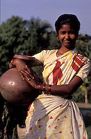 Bangladesh, Chittagong, 26 Januari 1991..Jonge vrouw in mooie jurk met aardewerken pot...Young woman in nice dress with clay pot...Photo by Kees Metselaar