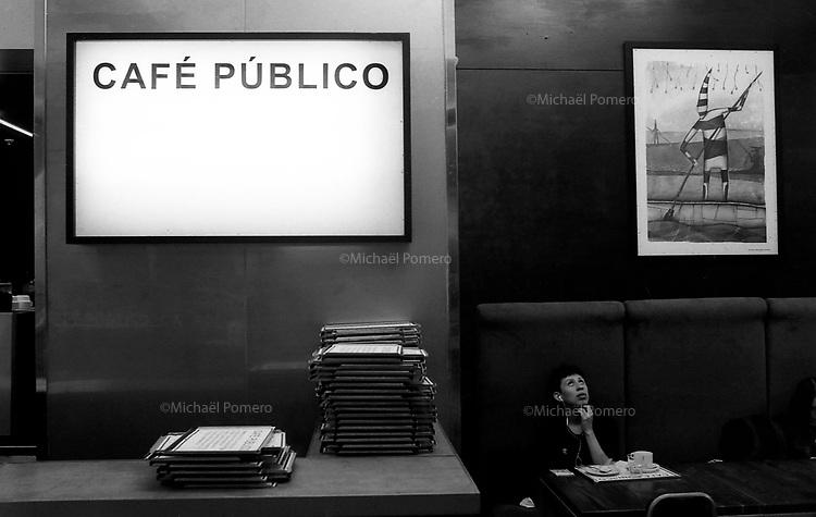 Santiago (Chile) 2018<br /> <br /> Café public au sein du Gam (Centre culturel Gabriela Mistral).<br /> <br /> Public cafe at the Gam (Cultural center Gabriela Mistral).