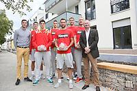 United Volleys Manager Henning Wegter (l.), die Spieler Georg Escher, Jannis Hopt, Moritz Reichert, Florian Ringseis, Lukas Bauer und Christian Dünnes und gewobau Geschäftsführer Torsten Regenstein (r.) bei der Begrüßung am Böllenseeplatz