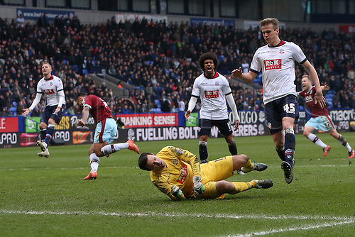27.02.2016. Macron Stadium, Bolton, England. Skybet Championship. Bolton versus Burnley. Andre Gray of Burnley turns away as he beats Paul Rachubka, Bolton Wanderers goalkeeper giving his team a 2-1 lead