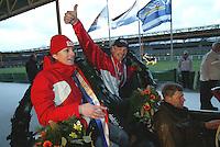 NK Marathonschaatsen  Alkmaar 2 jan 2005.Jenita Hulzebosch - Smit en Bertjan van der Veen tijdens de ereronde als 'kersverse' Nederlandse Kampioenen.©foto Martin de Jong