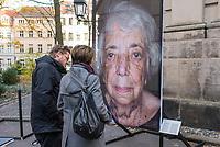 """Freiluftausstellung """"Gegen das Vergessen"""" in Berlin-Mitte.<br /> Mehr als 200 Ueberlebenden begegnete Fotograf und Filmemacher Luigi Toscano in den vergangenen zwei Jahren. Dafuer reiste er quer durch Deutschland, Russland, Ukraine, Israel und in die USA. Jetzt werden die Portraets von 50 Ueberlebenden erstmals in Berlin gezeigt. Vom vom 9. November zum 26.November 2017 ist das einmalige erinnerungspolitische Kunst- und Kulturprojekt """"Gegen das Vergessen"""" auf dem Gelaende der Sophienkirche zu sehen.<br /> Im Bild: Touristen vor einem Portraet der berliner Ueberlebenden Margot Friedlander.<br /> 7.11.2017, Berlin<br /> Copyright: Christian-Ditsch.de<br /> [Inhaltsveraendernde Manipulation des Fotos nur nach ausdruecklicher Genehmigung des Fotografen. Vereinbarungen ueber Abtretung von Persoenlichkeitsrechten/Model Release der abgebildeten Person/Personen liegen nicht vor. NO MODEL RELEASE! Nur fuer Redaktionelle Zwecke. Don't publish without copyright Christian-Ditsch.de, Veroeffentlichung nur mit Fotografennennung, sowie gegen Honorar, MwSt. und Beleg. Konto: I N G - D i B a, IBAN DE58500105175400192269, BIC INGDDEFFXXX, Kontakt: post@christian-ditsch.de<br /> Bei der Bearbeitung der Dateiinformationen darf die Urheberkennzeichnung in den EXIF- und  IPTC-Daten nicht entfernt werden, diese sind in digitalen Medien nach §95c UrhG rechtlich geschuetzt. Der Urhebervermerk wird gemaess §13 UrhG verlangt.]"""