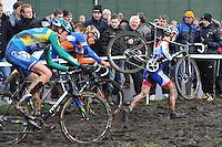WIELRENNEN: SURHUISTERVEEN: 02-01-2014, <br /> Centrumcross, winnaar Lars van der Haar lopend door de drek aan de leiding voor Mike Teunissen en daarachter Thijs van Amerongen, &copy;foto Martin de Jong