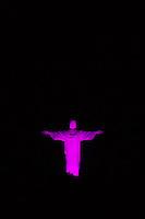 RIO DE JANEIRO, RJ, 05.10.2015 - OUTUBRO-ROSA - Cristo Redentor é visto iluminado de rosa a partir do bairro de Botafogo, zona sul da cidade, nesta segunda-feira, 5. A ação faz parte da programação do outubro rosa que conscientiza as mulheres a realizarem exames para combater o câncer de mama. (Foto: Gustavo Serebrenick / Brazil Photo Press)