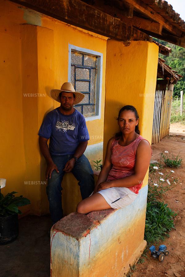 Bresil, etat Minas Gerais, Muzambinho (Nord de Sao Paulo), 30 octobre 2012.<br /> <br /> Fazenda (ferme, exploitation de cafe) Nossa Senhora da Aparecida  ( Notre-Dame de l&rsquo;Apparition ), membre du programme Nespresso AAA&nbsp; : Andrea Graziele Silva et son mari Anderson Aparecido da Silva devant leur maison.<br /> La fazenda possede des logements, petites maisons ouvrieres situees dans l'enceinte de la propriete, qu'elle met a la disposition de ses ouvriers.<br /> Reportage les Chants de cafe_soul of coffee, realise sur les acteurs terrain du programme de developpement durable Triple AAA de Nespresso.<br /> <br /> Brazil, Minas Gerais, Muzambinho, (North of Sao Paulo), October 30, 2012 <br /> <br /> Fazenda (a coffee farm within a plantation), Nossa Senhora da Apareida (Our Lady of Aparecida), a member of the Nespresso AAA program: A portrait of Andrea Graziele Silva, and her husband Anderson Aparecido da Silva, in front of their home. The fazenda owns small houses on the property that are available to the workers. <br /> Assignment: les Chants de cafe_ Soul of Coffee, implemented on the fields of Nespresso&rsquo;s AAA Sustainable Quality Program.