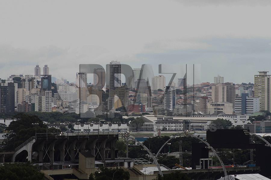 SAO PAULO, 04 DE FEVEREIRO, 2013 - CLIMA TEMPO SP - Manhã com céu encoberto de nuvens carregadas e  garoa fina,  máx de 23º e min de 21º , região central da capital paulista, nesta segunda-feira (04) - FOTO: LOLA OLIVEIRA - BRAZIL PHOTO PRESS