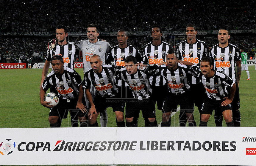 MEDELLÍN -COLOMBIA-23-04-2014. Jugadores de Atlético Mineiro de Brasil posan para una foto de grupo previo al partido de ida con Atlético Nacional de Colombia por los octavos de final de la Copa Libertadores de América 2014 jugado en el estadio Atanasio Girardot de Medellín, Colombia./ Players of  Atletico Mineiro de Brazil pose to a photo group prior the first leg match against Atletico Nacional of Colombia for the knockout stages of the Copa Libertadores championship 2014 played at Atanasio Girardot stadium in Medellin, Colombia. Photo: VizzorImage/ Luis Ríos /STR